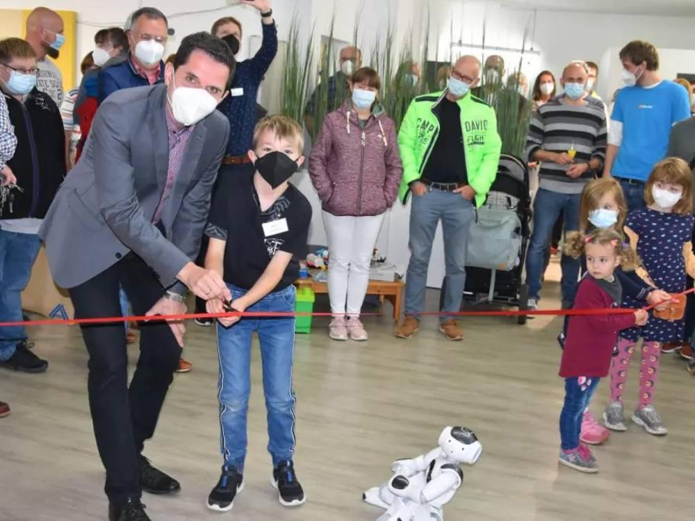 Bürgermeister Pospischil und Jonas eröffnen die InfoTastic Academy (Nicole Voss/ LokalPlus)